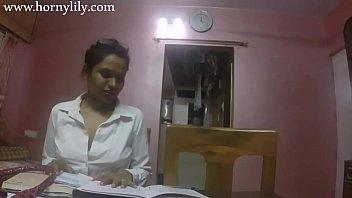इंडियन स्कूल टीचर अपनी स्टूडेंट को सिड्यूस करती हुई