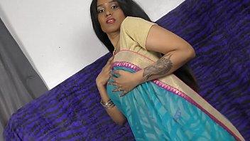 शर्मीली भारतीय लड़की पैर फैलाना और शरारती होना